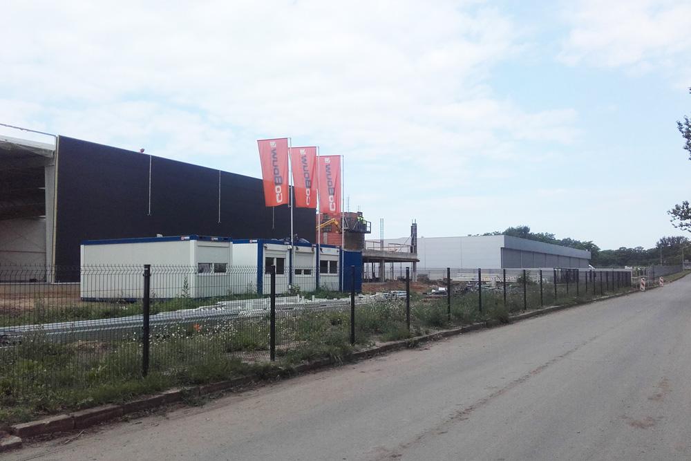 widok na plac budowy od drogi dojazdowej-hala magazynowa z częścią socjalno-biurową, AMP Polska, Częstochowa